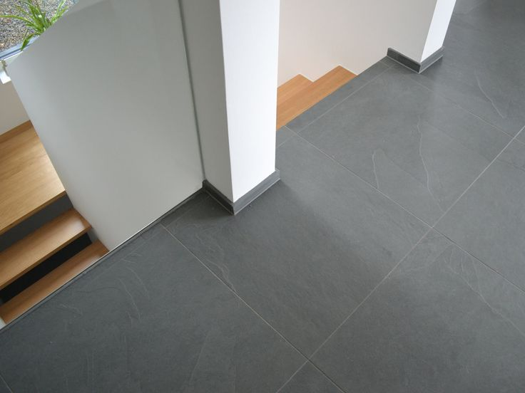 Dark Grout That Matches Tile With Thin Grout Line - Graue Fliesen Flur