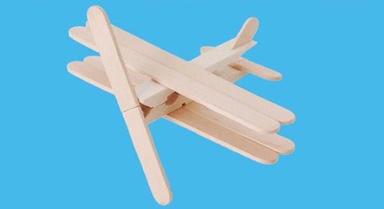 Esse aviãozinho é legal porque serve para brincadeiras e também para a decoração do quarto da criança. Junto com os guris, você vai reciclar palitos de picolé e criar algo bem bacana para ilustrar as brincadeiras infantis.