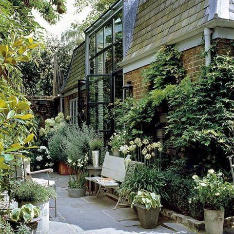 Уютный садик в одном из дворов Лондона. #сад #садводворе #уютныйсад #ландшафтныйдизайн #городскаясреда #озеленение