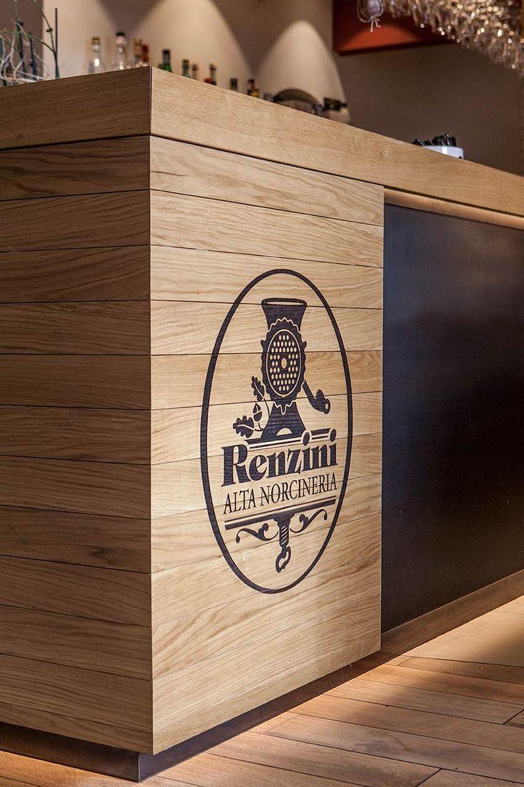 Caporali Contract ha realizzato uno spazio unico per il nuovo concept di ristorazione e salumeria gourmet ideato da Renzini Alta Norcineria. Un luogo che promette un'esperienza di consumo multisensoriale ai propri clienti, ideale per colazioni, pranzi, aperitivi e cene all'insegna della tradizione norcina.