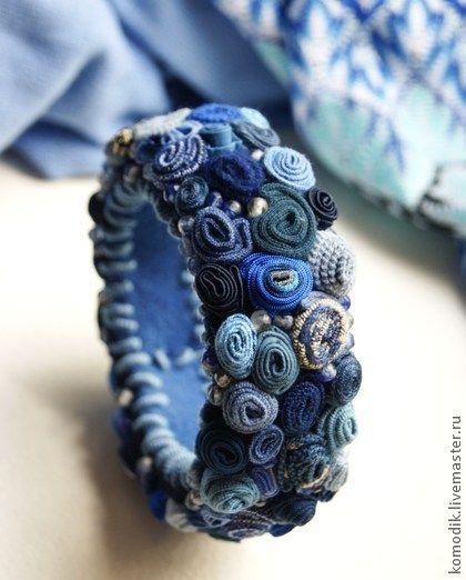 браслет `Небесная лазурь` синий с тонированым кварцем. Еще один браслет в фирменной технике - все синие, голубые, васильковые, лазурные оттенки и капелька бежевого слиты в красивую синюю гамму.     Насыщенная смесь разных фактурных  тканей всех оттенков сине-голубой гаммы -…