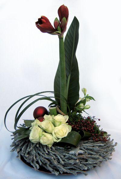 Benodigdheden:  krans – 2 kerstballen – sterretjes – oase – groot blad – 2 aspidistrabladeren – conifeer – 1 amarillo – rode be...