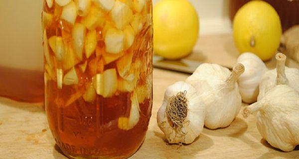 Чеснок и лимон два ингредиента, которые могут быть использованы не только в кулинарии для придания аромата блюдам, но также предоставит вам многочисленные преимущества для здоровья, так что не удивительно, что они считаются одними из самых мощных природных средств. Так вот, лучшее и наиболее эффективное природное средство от закупорки артерий на самом деле это сочетание чеснока и лимонного сока. Рецепт ниже поможет предотвратить сердечный приступ и инсульт. Рецепт Ингредиенты: 1л воды 6…