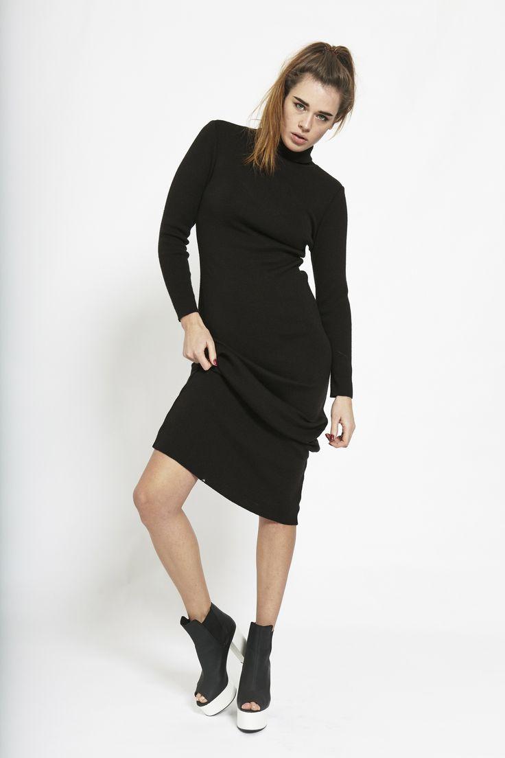 Schwarzes kleid mit rollkragen