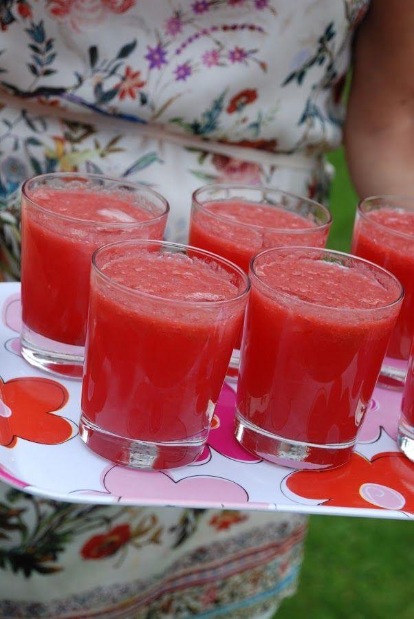 Här kommer några tips på vad ni kan ställa på bordet till midsommar! Rabarberdrink 1 liter rabarber 1,5 dl socker 1 tsk vaniljsocker 3 cl grenadin röd karamellfärg 1 liter vodka Koka 1 liter rabarber
