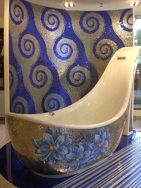 SICIS – Thương hiệu thiết kế phòng tắm đến từ Ý, ứng dụng nghệ thuật ốp lát vào tường và các thiết bị vệ sinh. Trong bộ sưu tập dưới đây, đá khảm (mosaic) được chọn làm chủ đề chính, trang hoàng không gian đẹp bằng phương thức nghệ thuật thủ công của người Hy Lạp và La Mã.