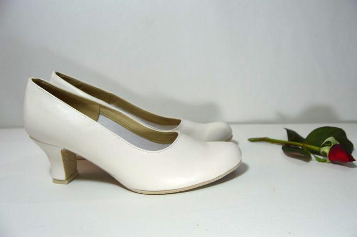 Svatební boty lodičky hz pravé kůže. Model Carla T-styl. Bílá pravá kůže. svatební boty, svatební obuv, svadobné topánky, svadobná obuv, obuv na mieru, topánky podľa vlastného návrhu, pohodlné svatební boty, svatební lodičky, svatební boty na nízkém podpatku, nude boty, boty v telové barvě, svatební boty na nízkém podpatku, balerínky, pohodlné svatební boty, Biele kožené svadobné lodičky