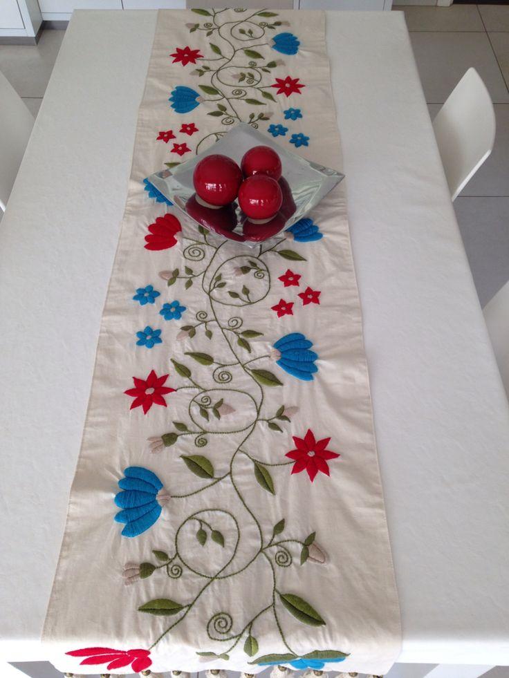 Camino de mesa, bordado a mano por Mariana Sulzer