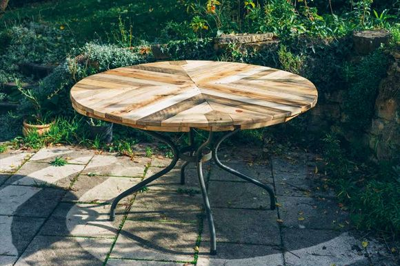 Is That a Pallet Swimming Pool? 24 DIY Pallet Outdoor Furniture Creations and Big Builds: #11 Round pallet table top pattern