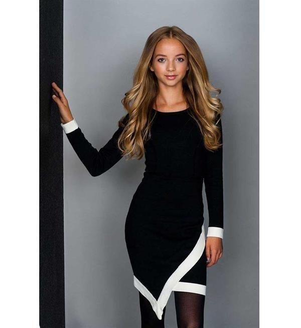 Be a Diva jurk, model Cammie. Deze fijn gebreide jurk heeft aan de voorzijde een overslag, afgezet met een witte bies en heeft lange mouwen en een ronde hals.