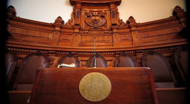 La justicia dictó la primera sentencia por el denominado caso de los falsos exonerados políticos desde que estalló el escándalo en junio del año pasado. La ministra en visita Mireya López condenó a una pena remitida de 61 días de presidido ...