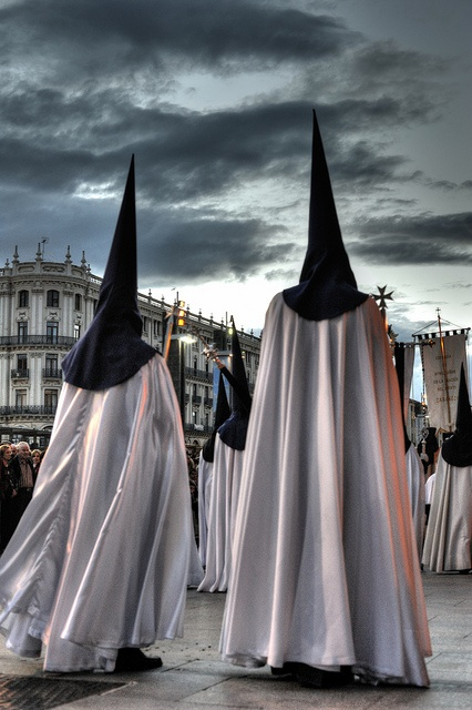 La semana Santa es un fiesta religiosa. En Zaragoza se atrae interés turístico internacional con la ropa tradicional y único y los instrumentos: el tambor, timal y el bombo.