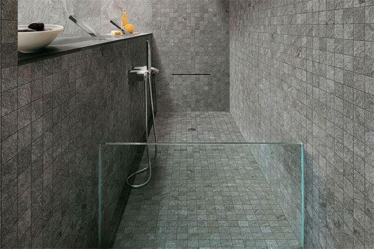 Серая плитка с мозаикой для ванной и душа