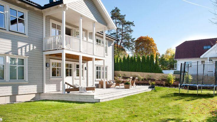 Herskapelig bolig med to fulle etasjer. Lekre søyler og veranda med takoverbygg.