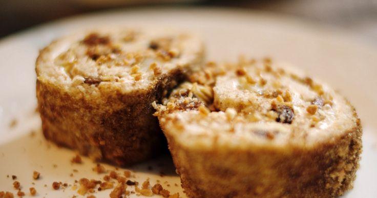 De basis van deze kaneelrol is een biscuit die we vullen met yoghurt, amandelen en lekkere Belgische peren. Voor dit recept is onze populairste peer – de Conférence – heel geschikt. Jeroen neemt niet te rijpe maar zoete exemplaren met stevig vruchtvlees die niet uit elkaar vallen als je ze bakt. Een super gebak voor bij een kop koffie of thee.Extra materiaal:Een keukenmachine met klopperEen spatelEen bakplaatBakpapierBorsteltje om in te vettenEen paletmes