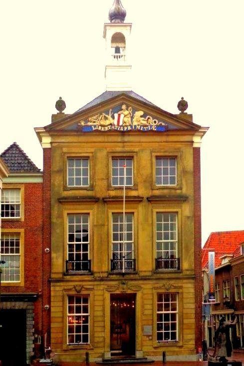 Brielle - Het eeuwenoude stadhuis, bestond door verschillende verbouwingen al uit een scala van bouwstijlen, is een 1791 verbouwd. Gotische en zeventiende-eeuwse elementen zijn terug te vinden. Gekozen werd voor een Lodewijk XVI-stijl.