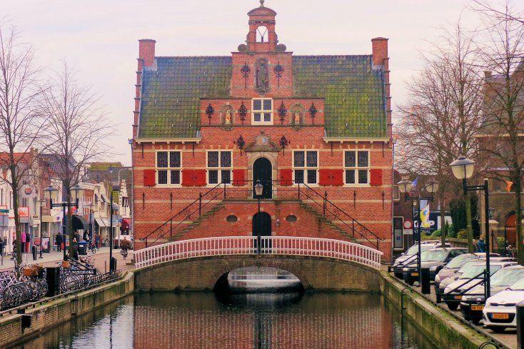 Het Oude Raadhuis van Oud Beijerland werd in 1622 gebouwd op een uit 1595 daterende brug over het riviertje de Vliet.  Het in laat-renaissancestijl opgetrokken gebouw omvat een souterrain, bel-etage en zolder. De voorgevel met bordes wordt in het midden bekroond door een halsgevel met drie nissen. In de middelste staat een beeld van Vrouwe Justitia, de Romeinse godin van de gerechtigheid. In de andere twee nissen staan schildhoudende leeuwen.