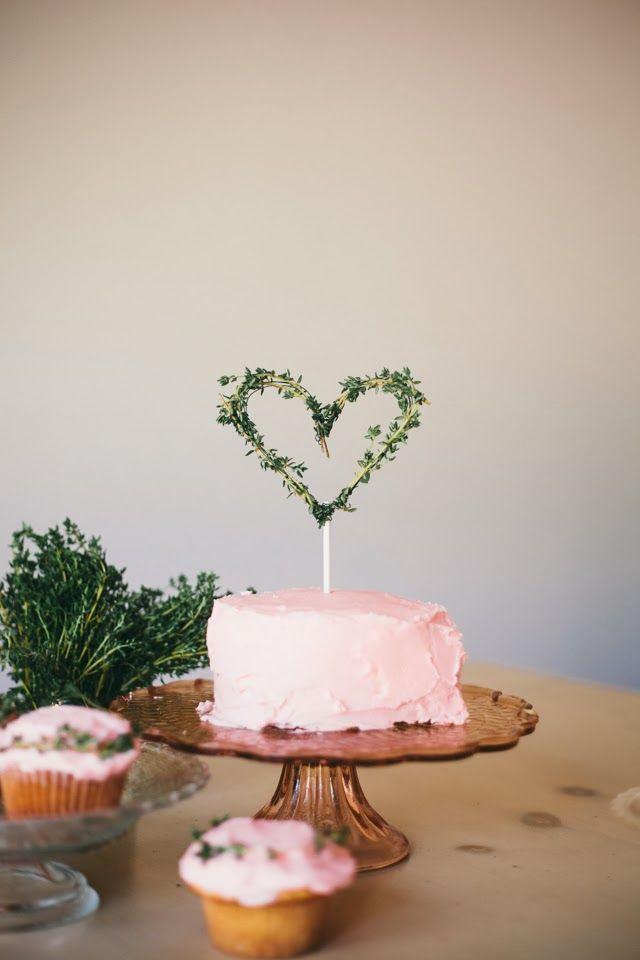 Não sei o que amei mais: a cobertura rosa do bolo (parece ser butter cream) ou o topo de bolo de coração feito com tomilho. Lindo!