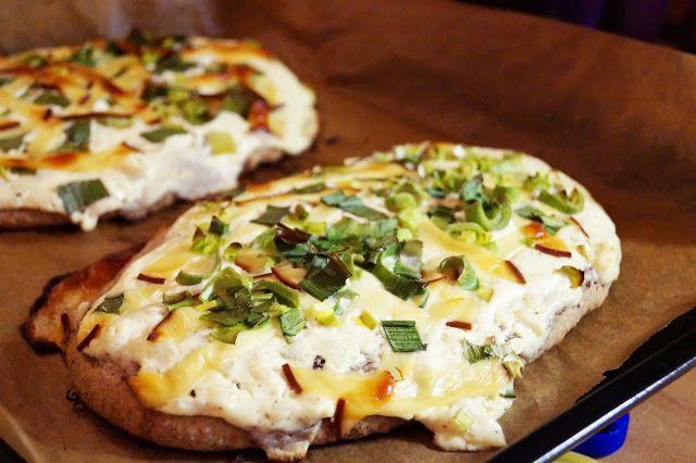 Vollkornbrot belegt mit Frühlingszwiebeln auf Sahne-Soße und mit Käse überbacken | Lieblingsküche