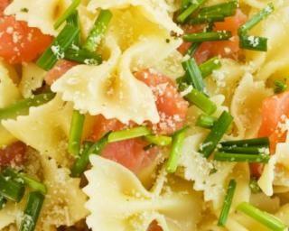 Salade de pâtes légère à l'avocat et au saumon fumé