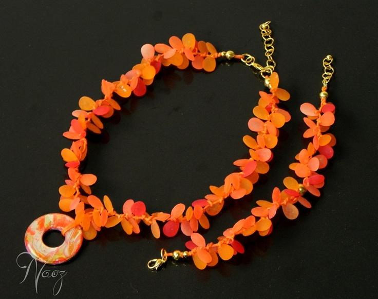 Unique necklace made with orange leaves and qnique pendant. Collar original con hojas naranjas y dije único nacarado.