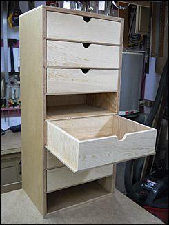Inserting the drawers in the casing Schubladen die unten eine Führung haben....wie genial