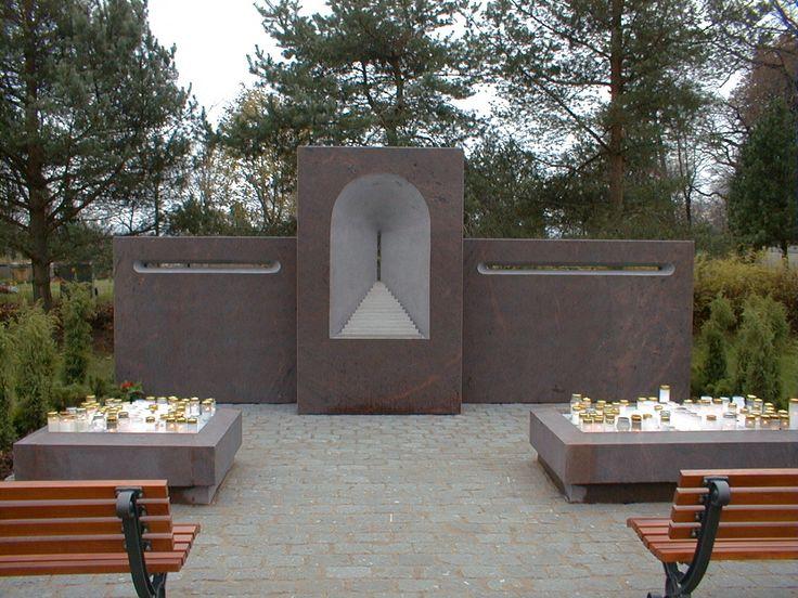 Arvo Siikamäen suunnittelema Ikuisuuden portti- taideteos, Helsingin Pitäjän hautausmaalla, valmistui vuonna 2001. Tälle muistelupaikalle omaiset voivat tuoda kukkia ja sytyttää kynttilän muualle haudatun läheisen muistoksi. Teos valmistettu Liedon punaisesta graniitista.