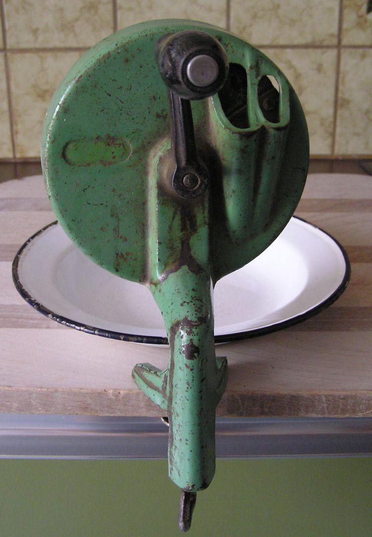 De Snijbonenmolen, was leuk werk. Ik mocht helpen malen. Hij werd aan het aanrecht vastgezet met een schroefoog.