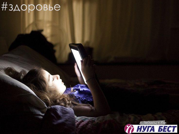 """Любители планшетов хуже спят  Сотрудники бостонской больницы """"Бригэм"""" подтвердили давний тезис о том, что на ночь не стоит смотреть телевизор, сидеть за компьютером или использовать другие электронные девайсы, чей экран светится (в их число входят книги на электронной бумаге со специальной подсветкой). Все они излучают так называемый синий (холодный) свет, который подавляет выброс """"гормона сна"""" — мелатонина. Это стало известно благодаря следующему эксперименту. В течение двух недель 12…"""