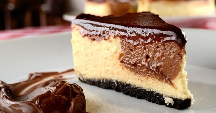 Dizem que tudo melhora com Nutella - e este cheesecake com o amado ingrediente é prova. Prepare o doce e, após esfriar, embrulhe o doce ainda na forma com filme plástico e, em seguida, com papel-alumínio. Prepare o ganache da cobertura na hora de servir. Clique no MAIS para ver a receita