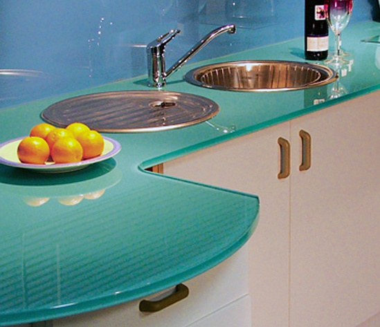 Thinking of getting a colored glass worktop for our kitchen.  Here is a photo from: http://www.colourglass.ie.  Any input/advice from pinners with glass worktops?