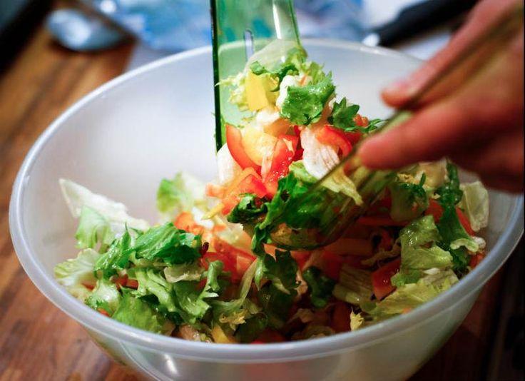 Salata Yapmanın Püf Noktaları Nelerdir?  -  Zehra Şener #yemekmutfak.com Salata yapmak kolaydır ancak özen ister. Farklı malzemelerle çok çeşitli salatalar yapabilirsiniz. Salata malzemeleri çiğ, haşlama, ezme, rendel, püre, turşu, salamura gibi çok çeşitli şekillerde kullanılabilir. En lezzetli salatalar hem göze, hem de damak tadınıza hitap eden salatalardır. Yaratıcılığınızı kullanarak rengarenk malzemelerle hazırladığınız bu salataları süsleyebilirsiniz.