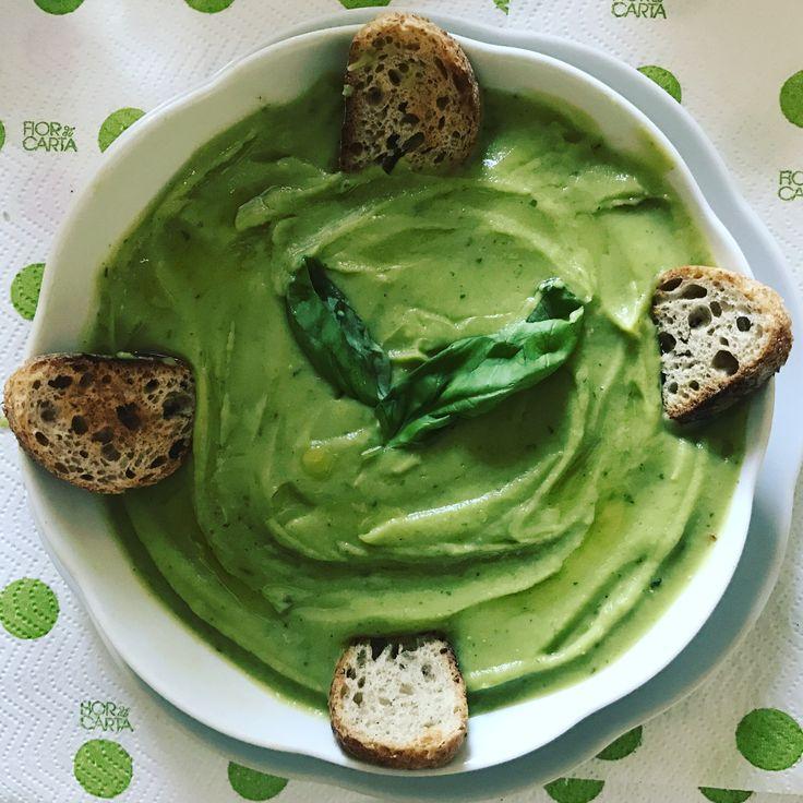 Vellutata di broccoli :)   Ingredienti:  Brodo vegetale 100gr patate 200gr broccoli 1 noce di burro 6 foglie di basilico  4 crostini di pane Q.B di sale Q.B di pepe