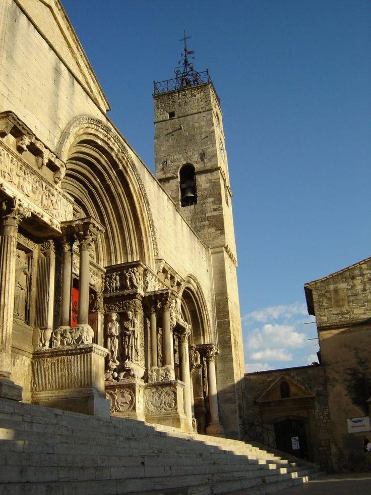 Ville de Saint-Gilles (Gard) Majestueuse façade de l'abbatiale de Saint-Gilles, classée au patrimoine mondial de l'UNESCO