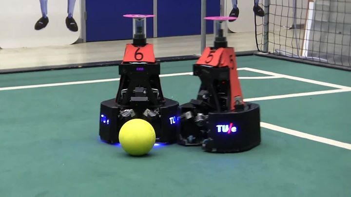 """How can we teach robots to work as a team? Make them play soccer, of course!  [fb_vid  id=""""10155237827798721″]How can we teach robots to work as a team? Make them play soccer, of course! https://trib.al/xda4FLb How can we teach robots to work as a team? Make them play soccer, of..."""