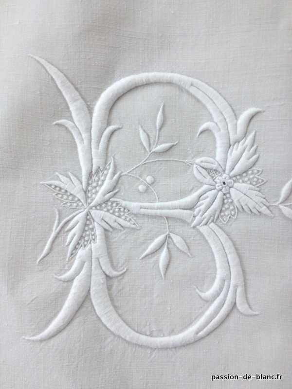 Linge ancien de lit > Draps, Taies, housses édredons > LINGE ANCIEN/ Somptueux drap avec bouquets de fleurs et monogramme BB brodés sur toil...