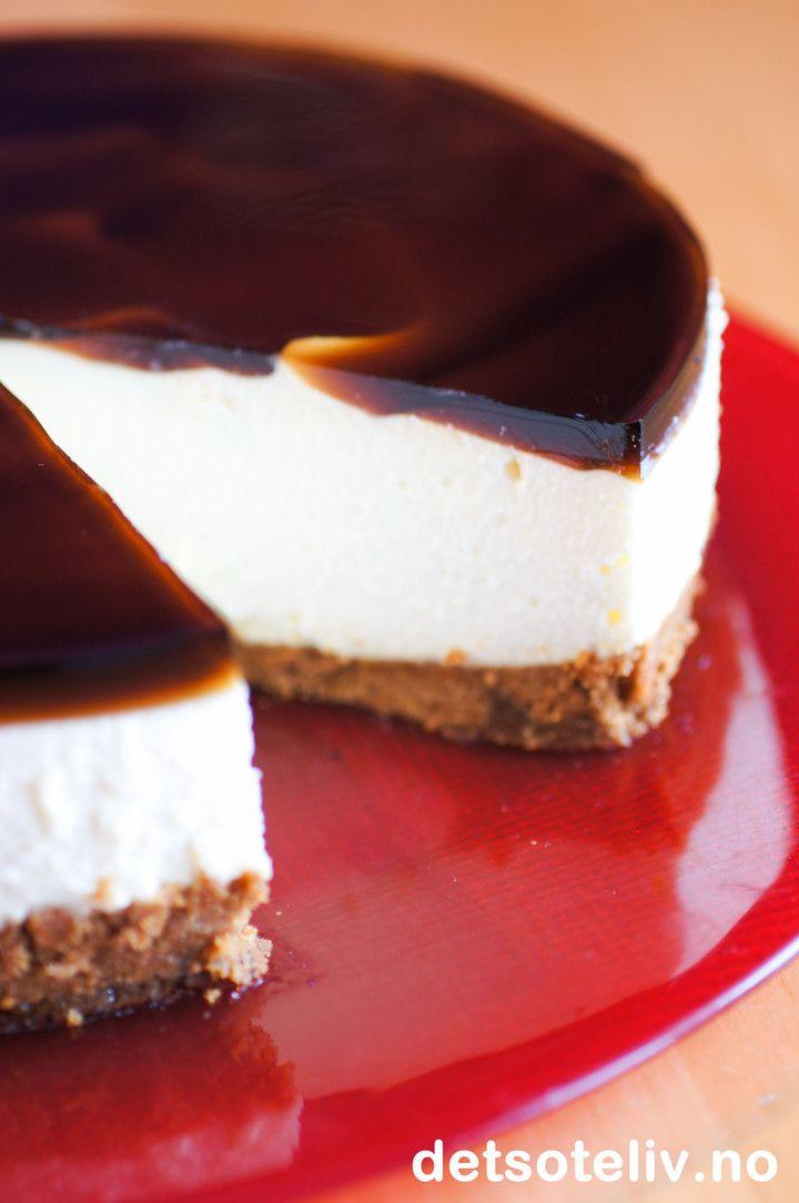 Ostekake med hvit sjokolade, pepperkakebunn & gløgg-gelé   Det søte liv