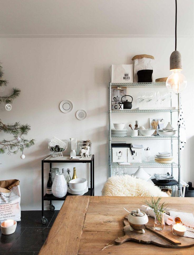 stellingkast in de keuken | shelving unit in the kitchen | vtwonen kerstspecial 2016 | photography: Jansje Klazinga | styling: Carolien Manning