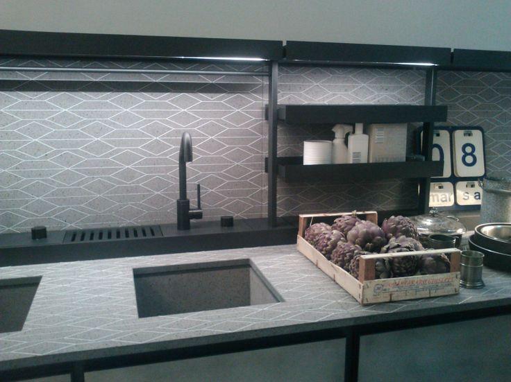 Fuorisalone 2014 _ Patricia Urquiola presenta SALINAS per Boffi _ Kitchen con top in nerosicilia decorato