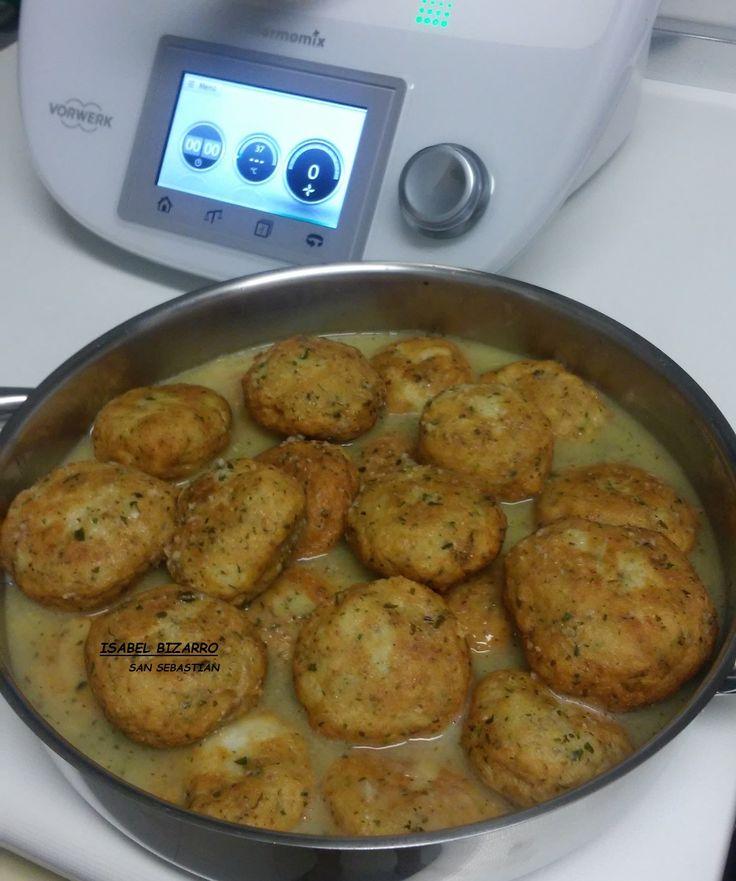 Hola a tod@s, hoy os traigo unas albóndigas espectaculares para preparar con Thermomix® INGREDIENTES: 750 gr. de filetes de pescado fresco, sin espinas 80 gr. de pan rallado 3 huevos medianos ½ cucharadita de pimienta negra molida ½ cucharadita de sal. Un pellizco de perejil SALSA: 2 dientes de ajo 100 gr. de cebolla Perejil …