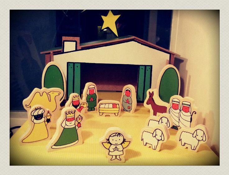 Wat een cute ding, deze kerststal van Dick Bruna! Hij bestaat uit 14 houten figuurtjes en een stal. Een schattige kerststal die heel leuk voor kindjes is.
