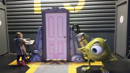 Visitando Monsters Inc. Disneyland Paris en invierno. Viajes con niños.