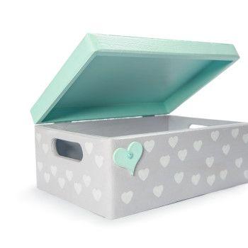 Piękny, ręcznie wykonany kuferek z imieniem dziecka. Idealny na zabawki, kosmetyki lub inne skarby maluszka.Szaro-miętowy.