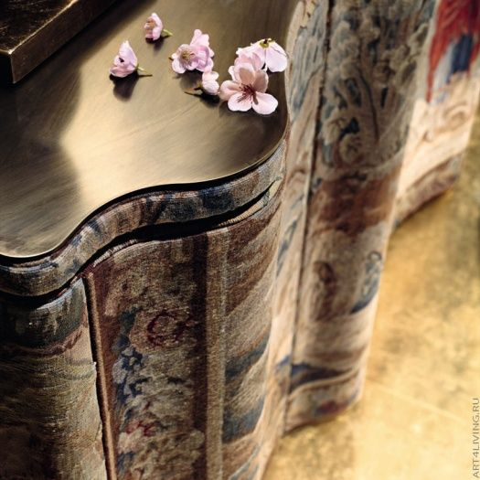 Деревянная столешница комода из коллекции Sipario плените вас своей гладкостью и насыщенностью цвета.