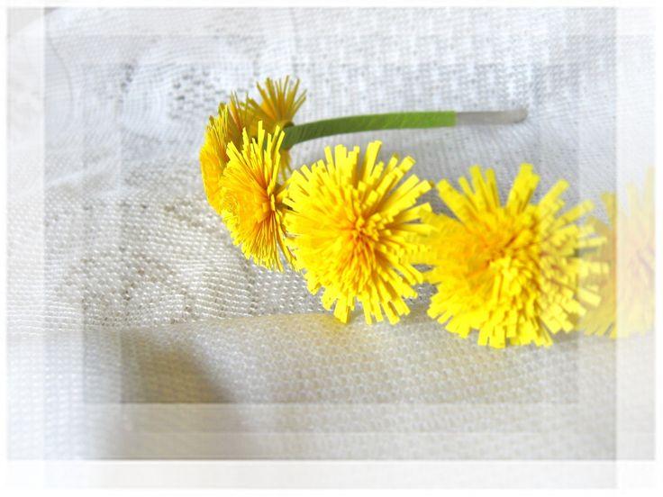 Quillingové+variace+-+pro+princeznu+Pampelišku+Kovová+čelenka+zdobená+květy+pampelišek+vyrobené+technikou+quilling.+Vypadají+jak+živé.+Kov+je+omotán+papírovým+lýkem,+prolepený,+ve+dvou+vrstvách.+Varianty+-+pomněnková,+sedmikrásková,+barevné+kytičky,+viz.+foto