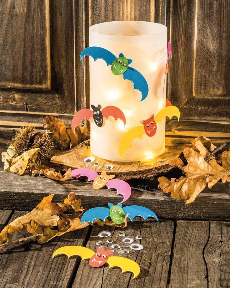 """Halloweenlicht (Idee mit Anleitung – Klick auf """"Besuchen""""!) - Diese süße Fledermauslampe ist ein toller Hingucker im Kinderzimmer. Und die Kinder haben bestimmt viel Spaß beim Basteln."""