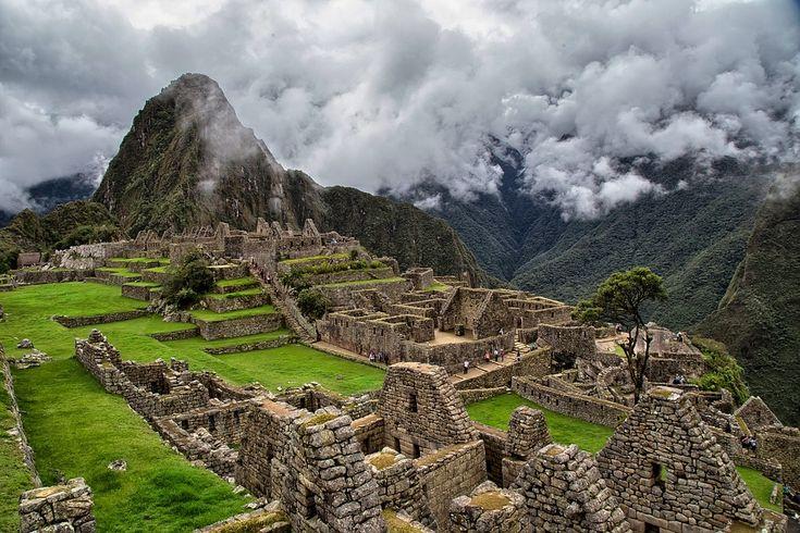 """Machu Picchu significa """"montaña vieja"""" y es la ciudadela Inca más famosa del mundo.Está ubicada a 112.5 kilómetros al noreste de Cusco, en la provincia de Urubamba. Te cuento cómo llegar y los horarios de entrada."""