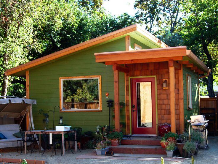 Пример деревянного дома в деревенском стиле с красивой дверью