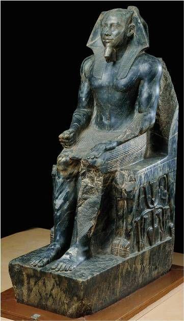 Chefren seduto - ca 3000 a.C. Antico Regno - diorite a tutto tondo - da Giza - Museo del Cairo. Funzione Celebrativa
