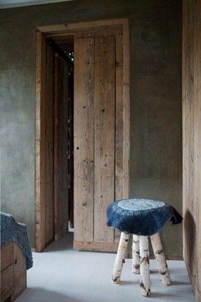 Betonlook slaapkamer - Leem. Slaapkamer met betonlook muur, design en landelijke stijl gecombineerd. www.betonlookdesign.nl